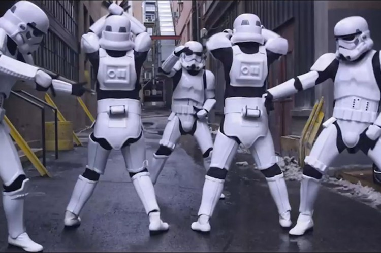 Star-Wars-Darth-Vader-doesnt-approve-of-Stormtroopers-twerking