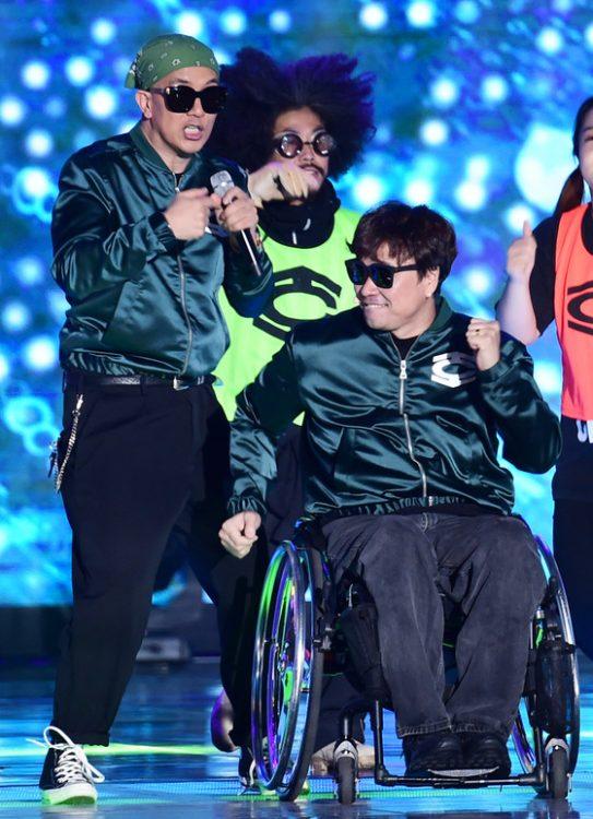 클론 구준엽, 강원래(오른쪽)가 1일 오후 서울 상암 문화광장에서 열린 '2016 DMC 페스티벌' 개막공연에 출연해 화려한 공연을 펼치고 있다.